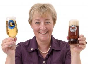 Barbara Teichmann - Die BierVersteherin - mit Gläsern von Bruckbräu und Greinbräu
