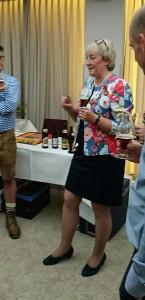 Barbara Teichmann die Bierversteherin aus Wasserburg verkostet mit Mitarbeitern von Embraer